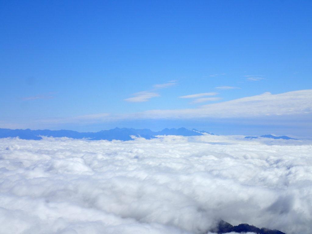 白山の大汝峰から見る槍ヶ岳と穂高岳の稜線
