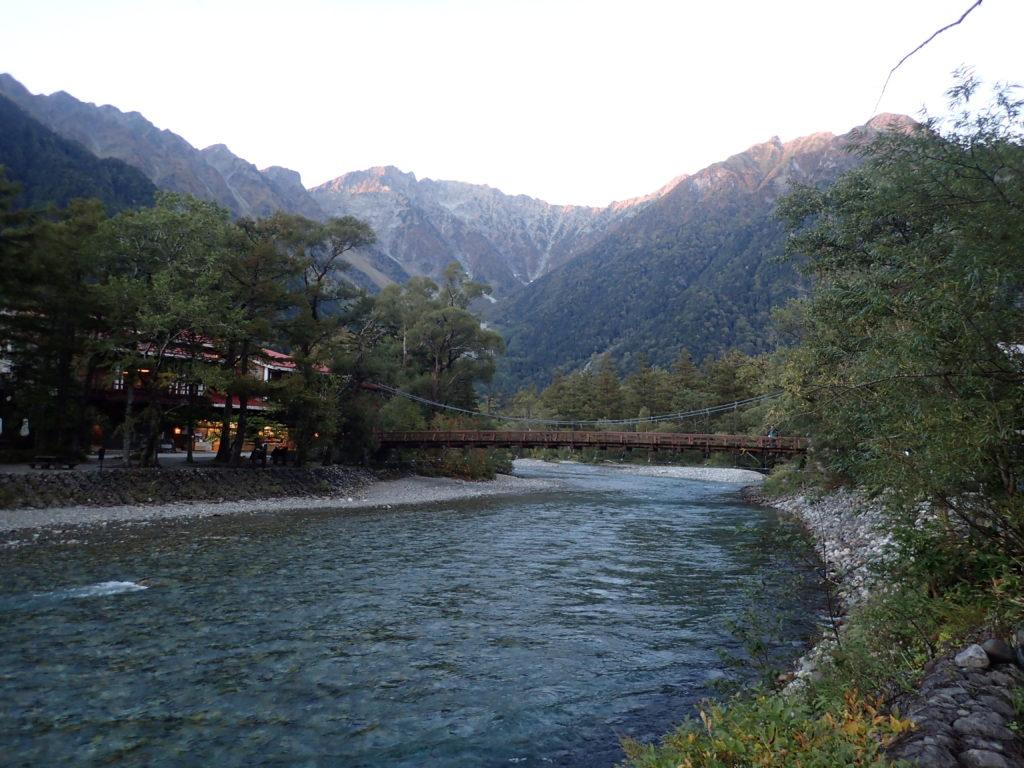 上高地の河童橋と穂高岳