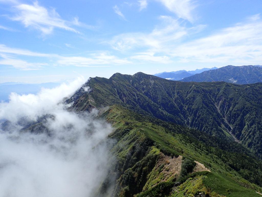 爺ヶ岳北峰と中峰と南峰の稜線
