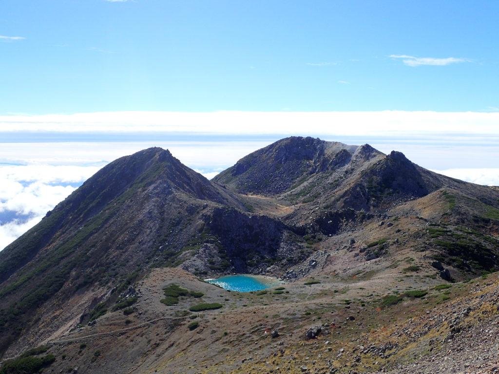 大汝峰から見る剣ヶ峰と御前峰と翠ヶ池