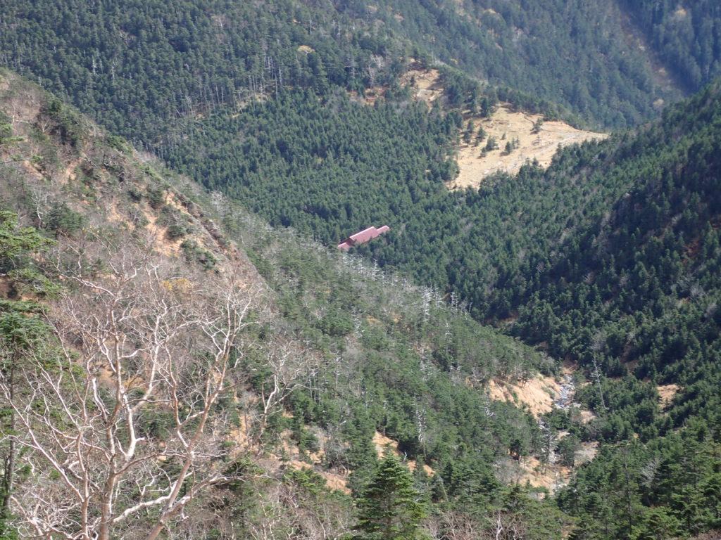 聖岳の便ヶ島ルートの薊畑付近から見おろす聖平小屋