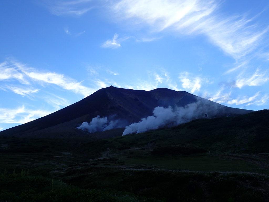 旭岳の山容と噴煙