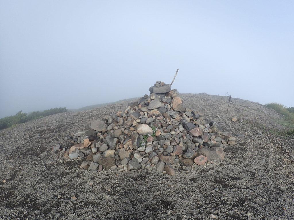羊蹄山稜線のケルン