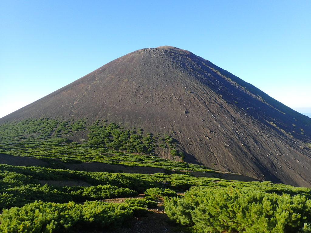雌阿寒岳登山道から見る阿寒富士