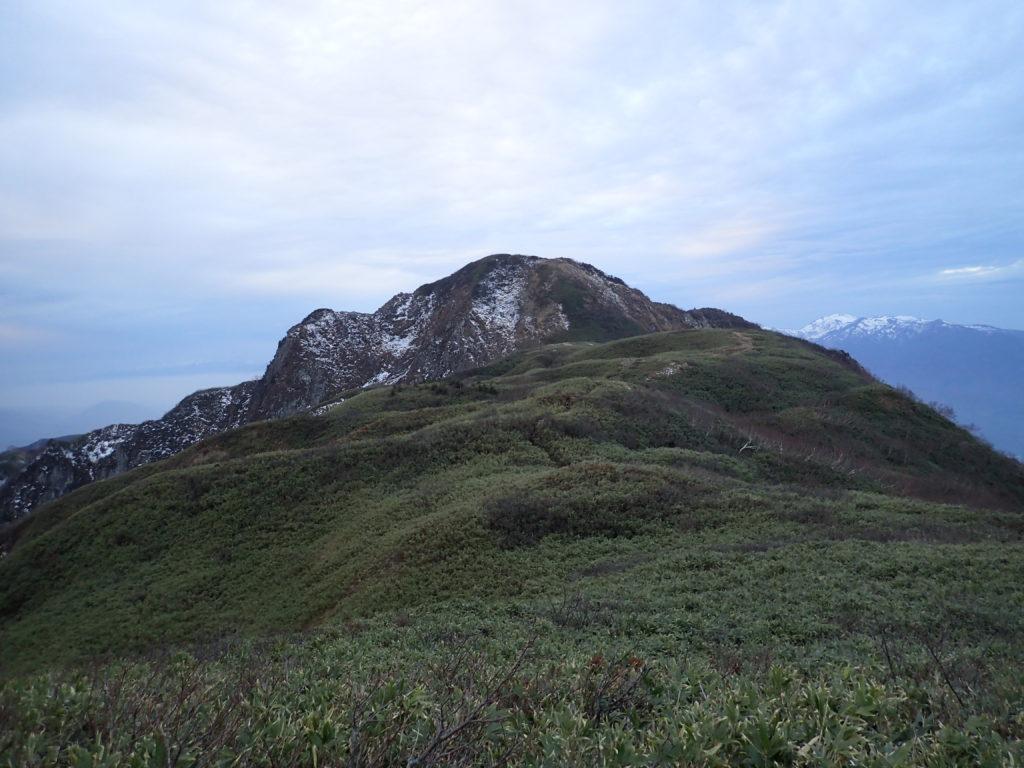 笹平からみる雨飾山山頂