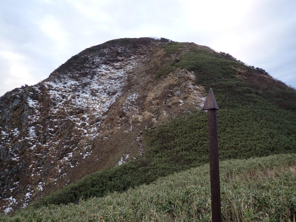 雨飾山山頂直下の避雷針