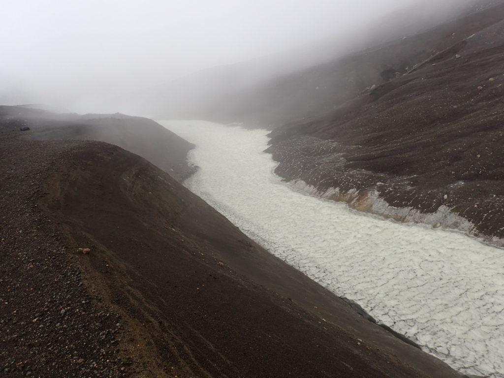 十勝岳の望岳台ルート登山道脇の残雪