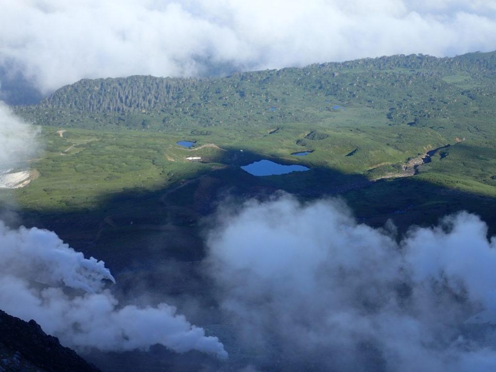 旭岳登山道から見おろす姿見ノ池
