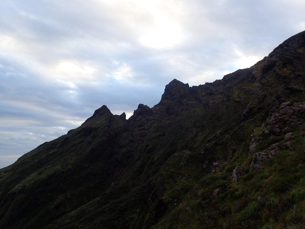 阿蘇山の仙酔尾根登山道から見る鷲ヶ峰