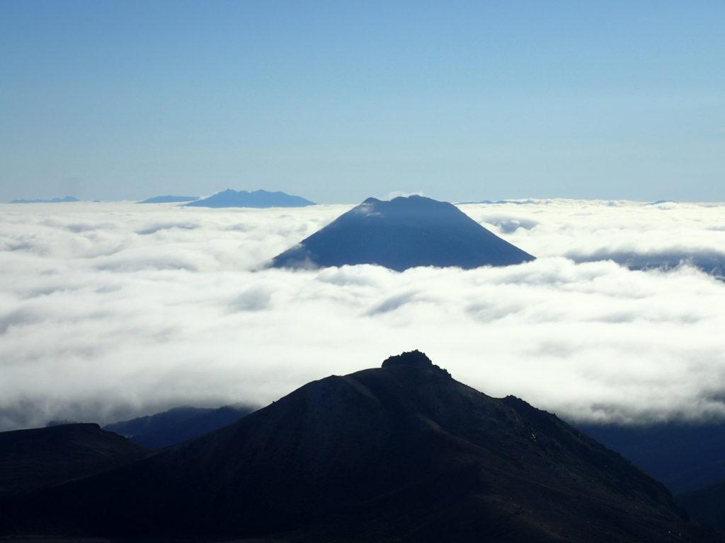 雌阿寒岳から見る剣ヶ峰と雄阿寒岳