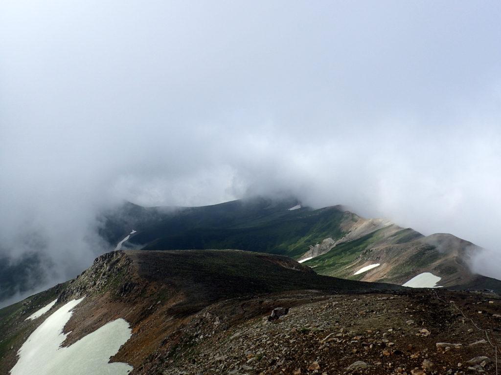 十勝岳山頂から見る上ホロカメットク山方向
