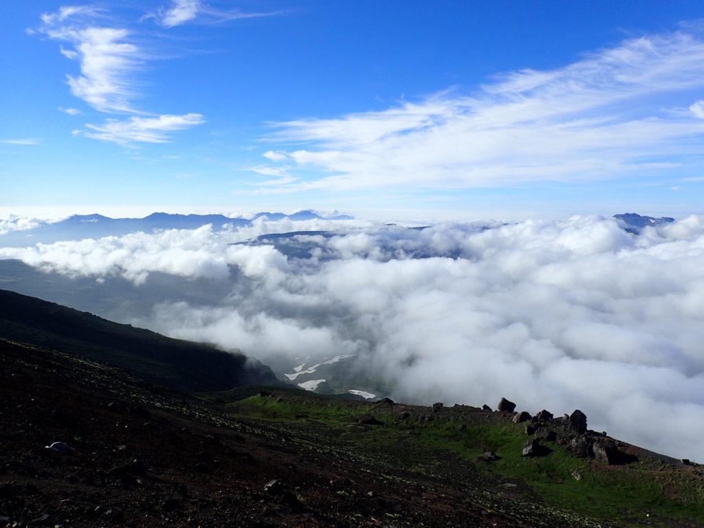 旭岳山頂から見るトムラウシ山方向