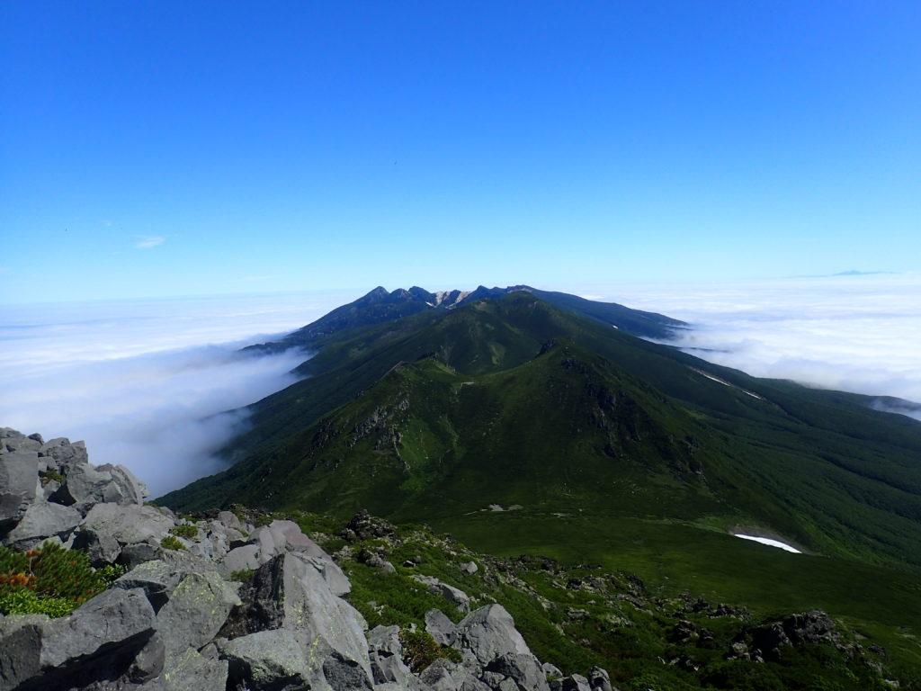 羅臼岳山頂から見た硫黄山方向
