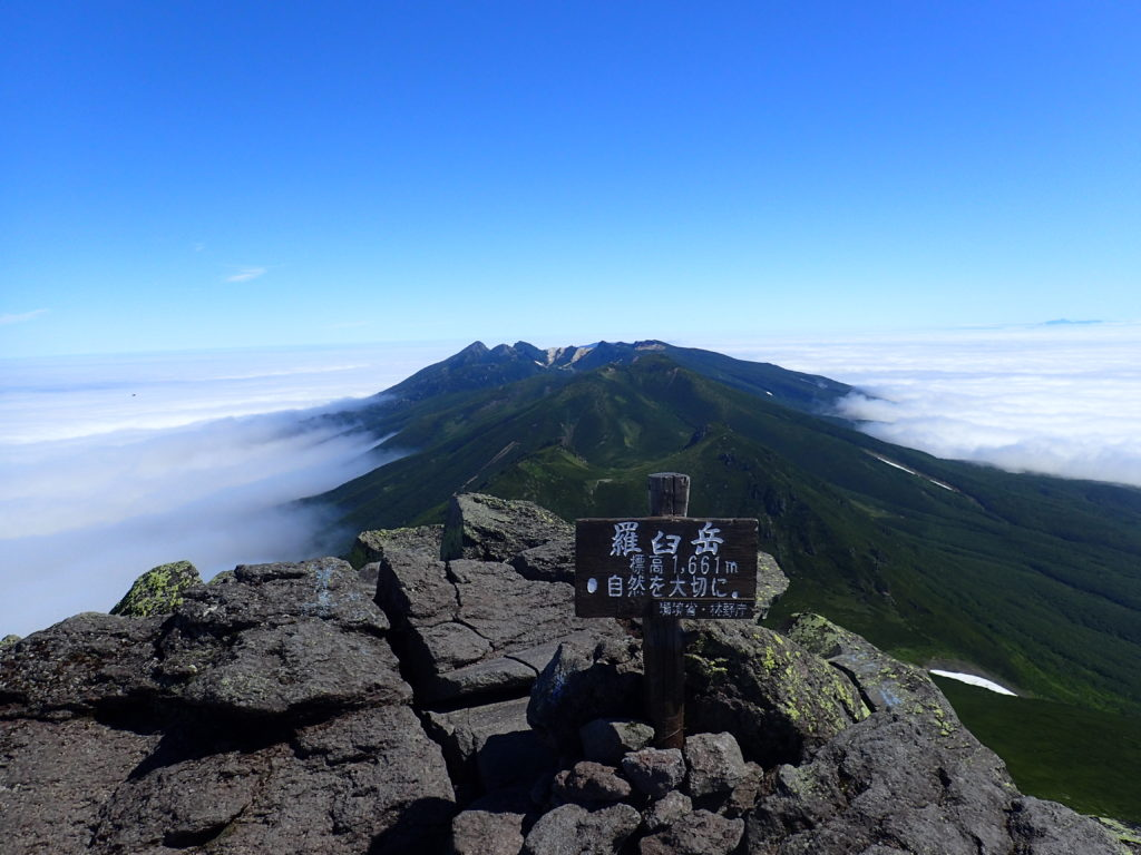羅臼岳の山頂標と硫黄岳方向