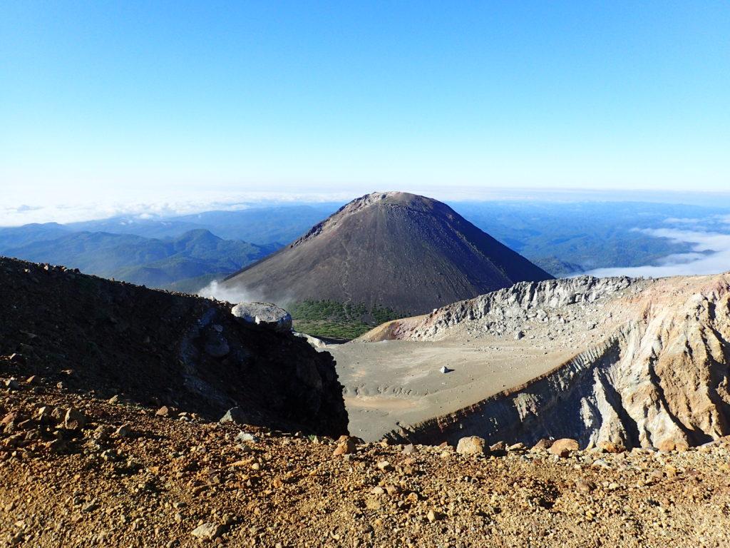 雌阿寒岳から見る阿寒富士