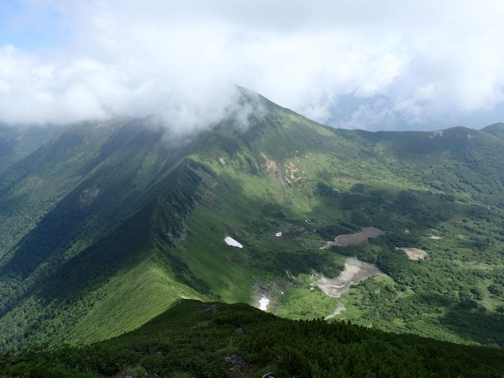 幌尻岳方向から見る戸蔦別岳と七ッ沼