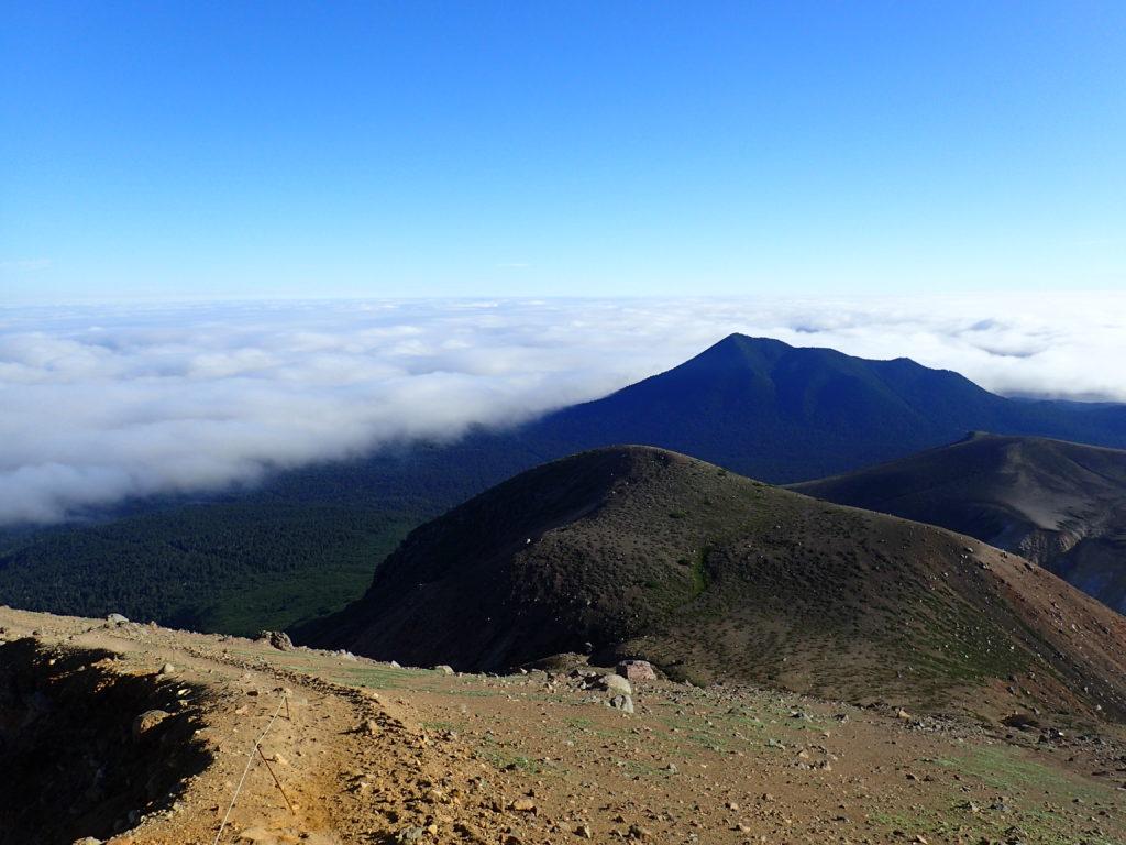 雌阿寒岳からみるフップシ岳と雲海