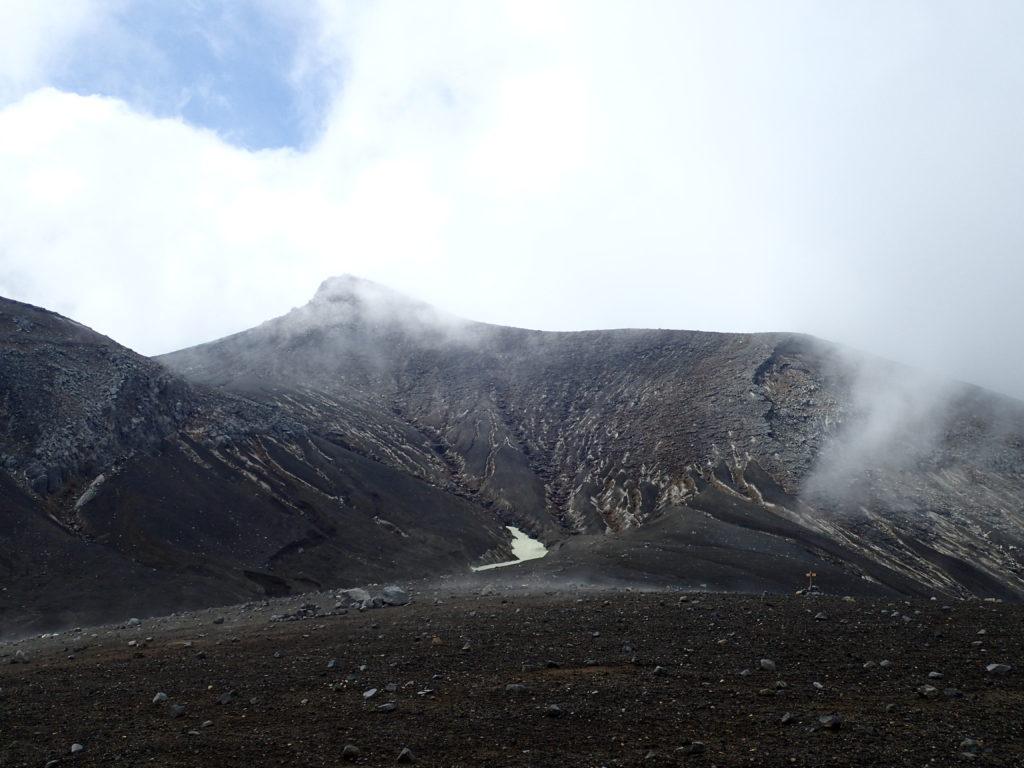 十勝岳の望岳台ルート登山道から見る山頂方向