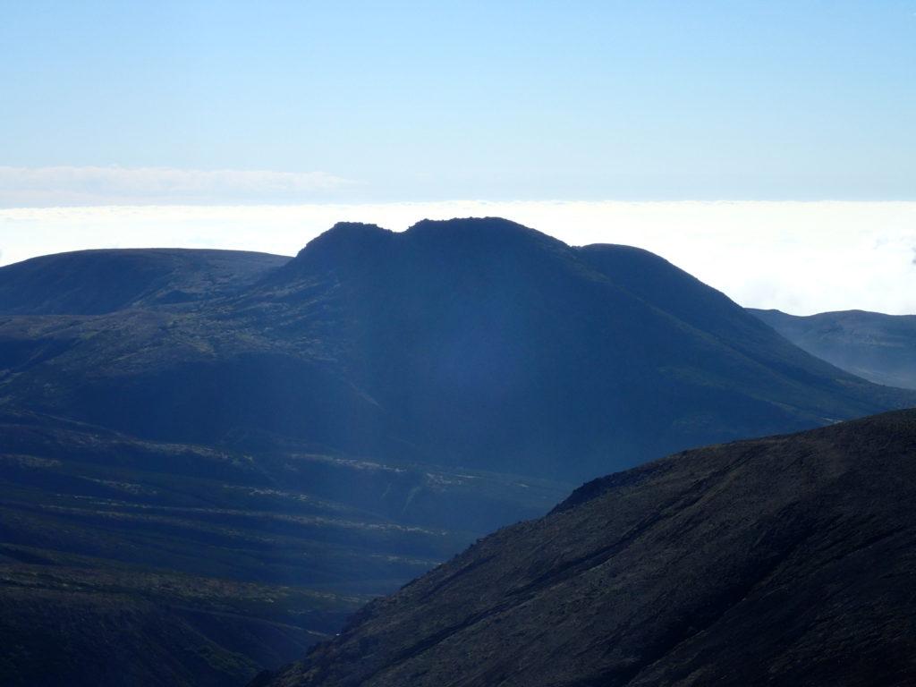 旭岳山頂から見る白雲岳