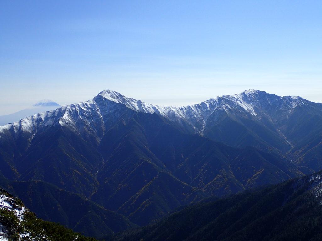 仙丈ヶ岳から見る富士山と北岳と間ノ岳