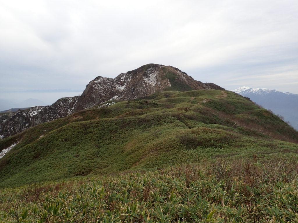 笹平から見る雨飾山山頂