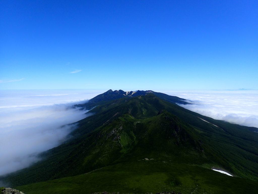 羅臼岳山頂から見た硫黄岳方向