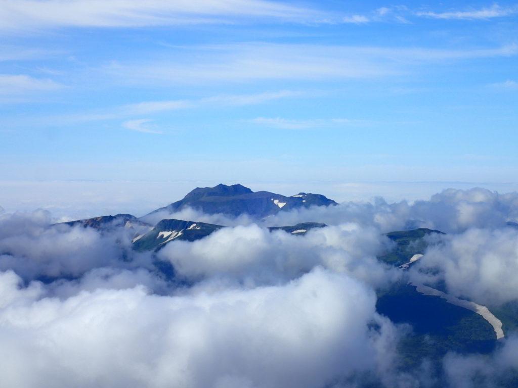 旭岳から見るトムラウシ山