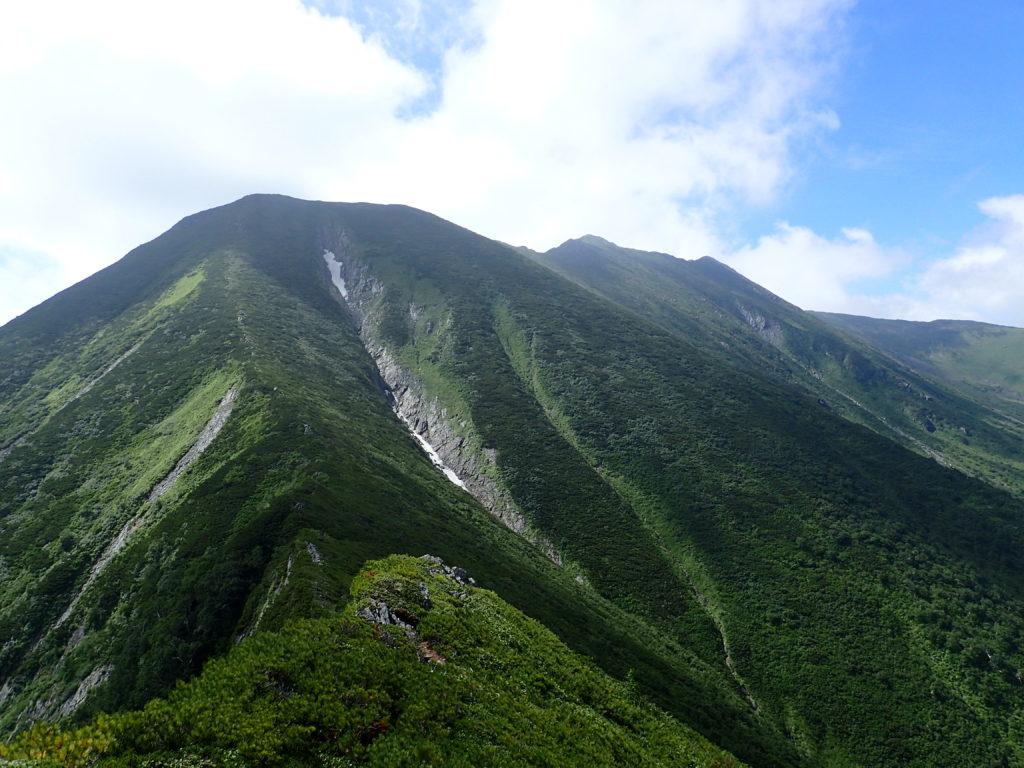 幌尻岳と戸蔦別岳の間の肩付近から見る幌尻岳