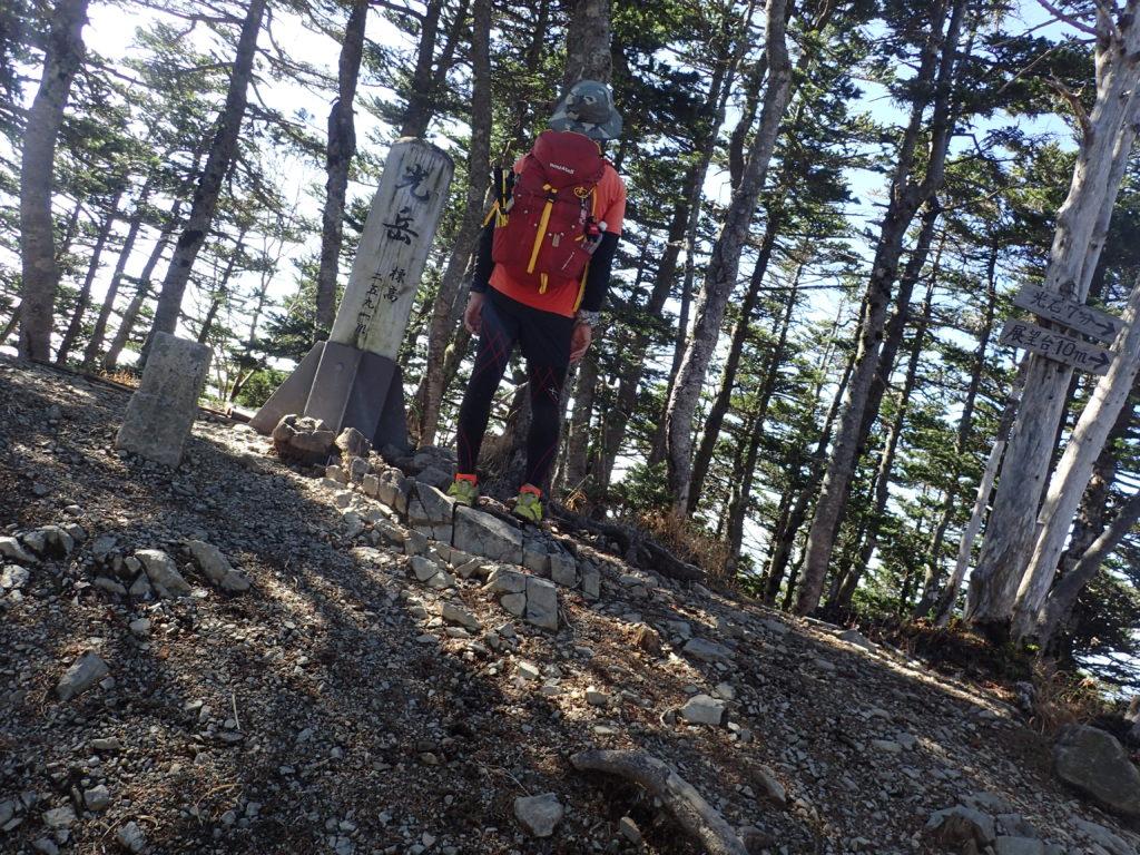光岳山頂で記念撮影