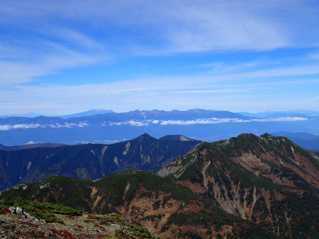 聖岳山頂から見る中央アルプスと御嶽山
