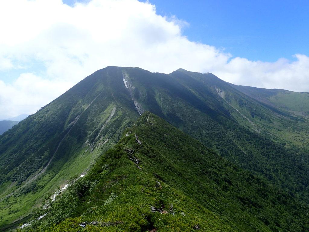 戸蔦別岳方向から見る幌尻岳
