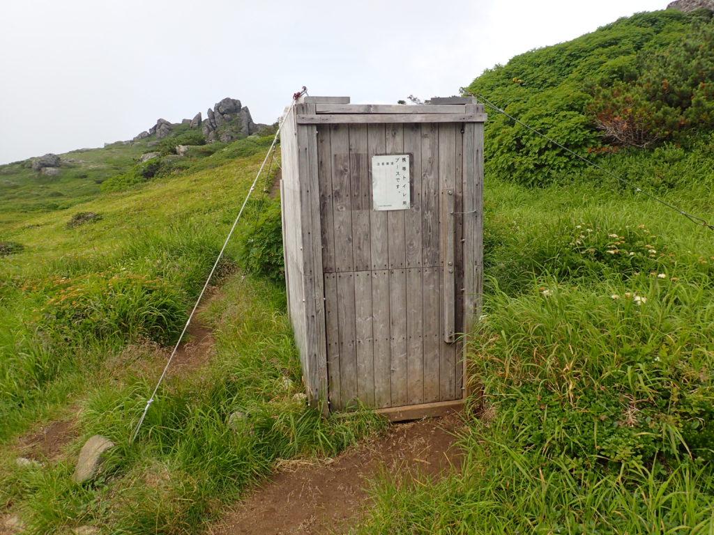トムラウシ山登山道の南沼キャンプ指定地にある携帯トイレ用ブース