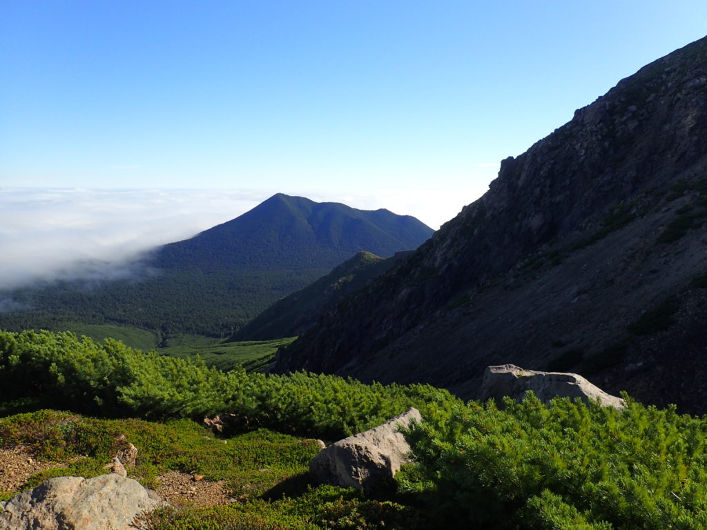 雌阿寒岳から見おろすフップシ岳