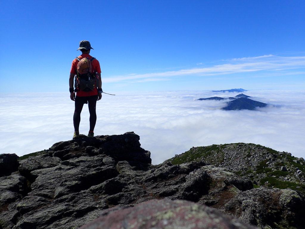 羅臼岳山頂で斜里岳方向を背景に記念撮影
