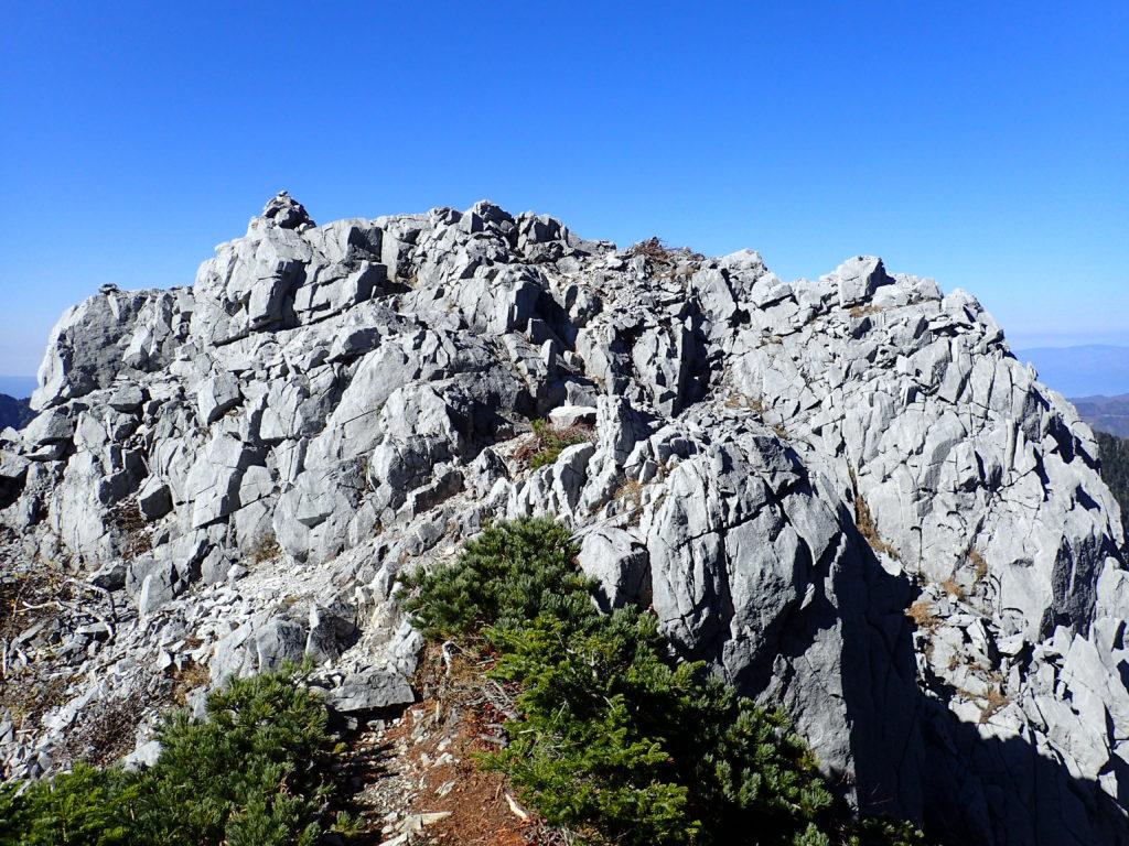 光岳のテカリ岩
