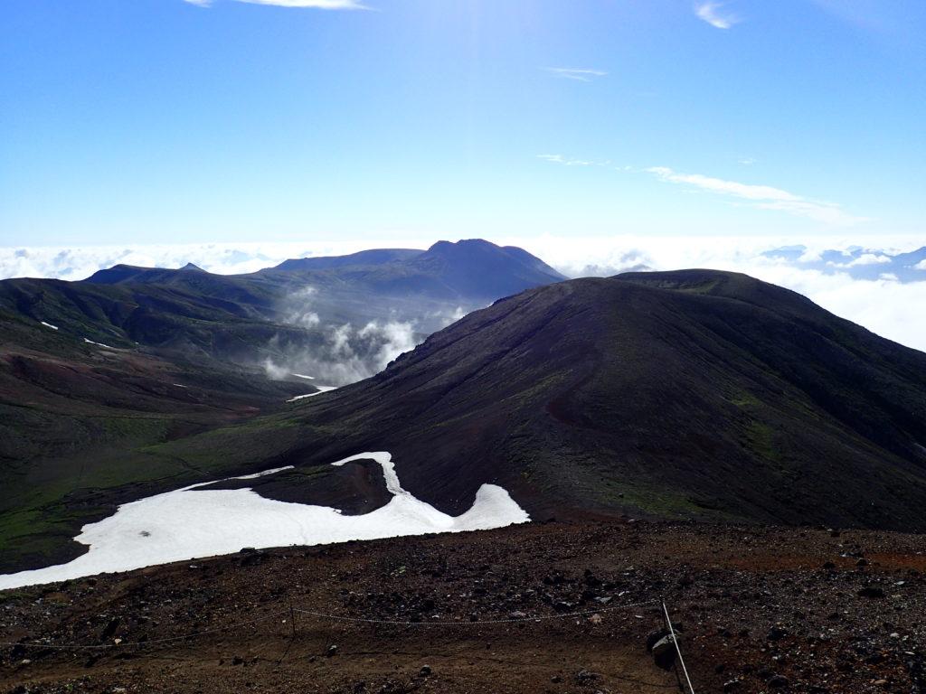 旭岳山頂から見る後旭岳と白雲岳