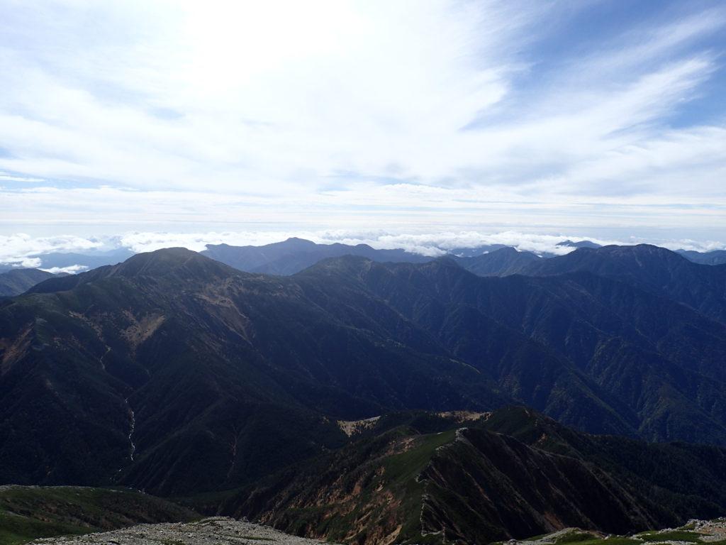 聖岳山頂から見る上河内岳方向