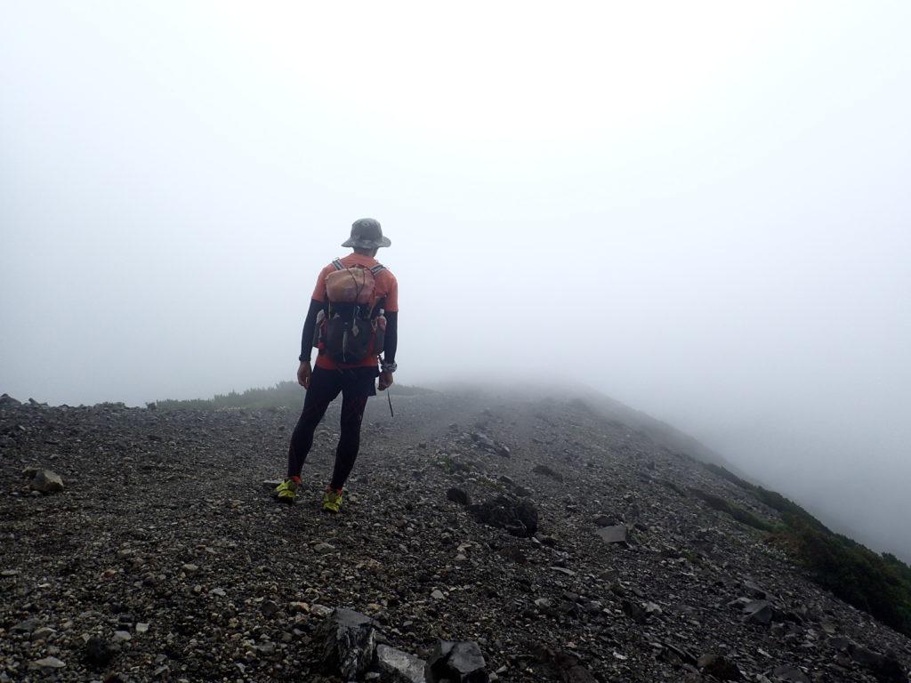 羊蹄山の稜線で記念撮影