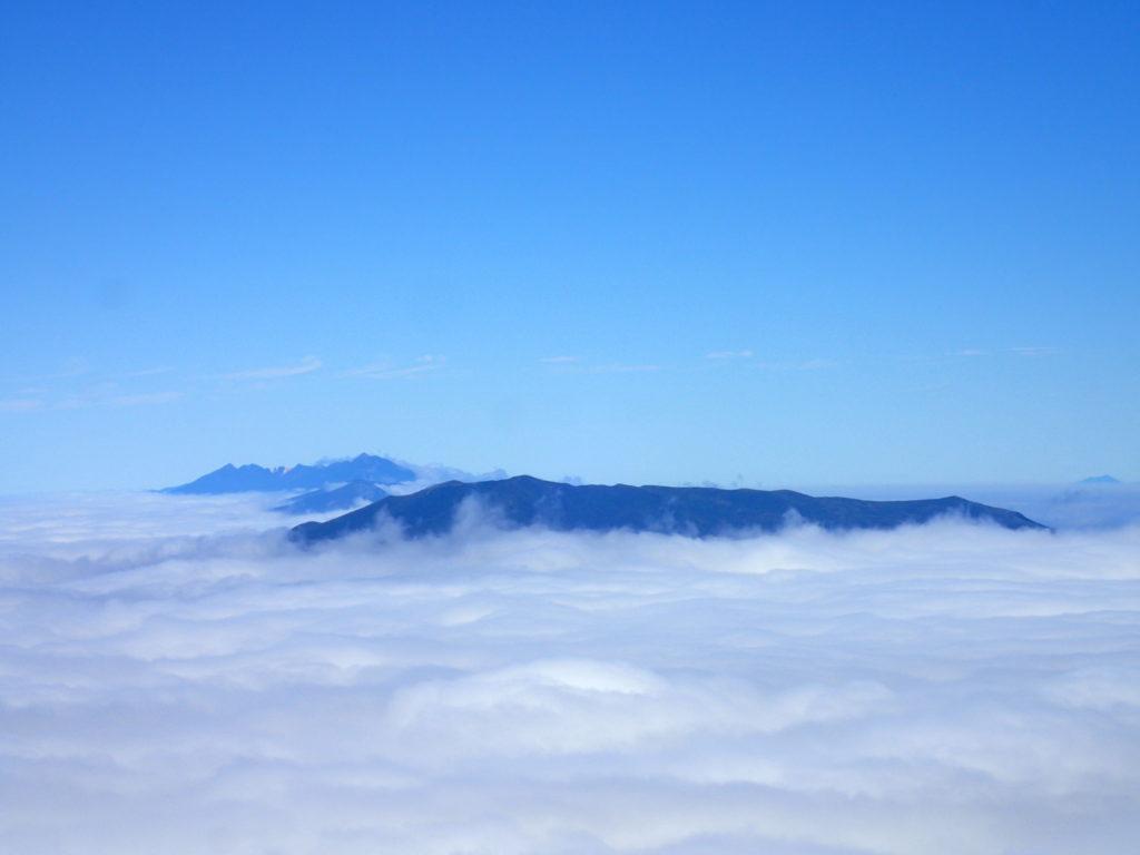 斜里岳から見る羅臼岳と国後島