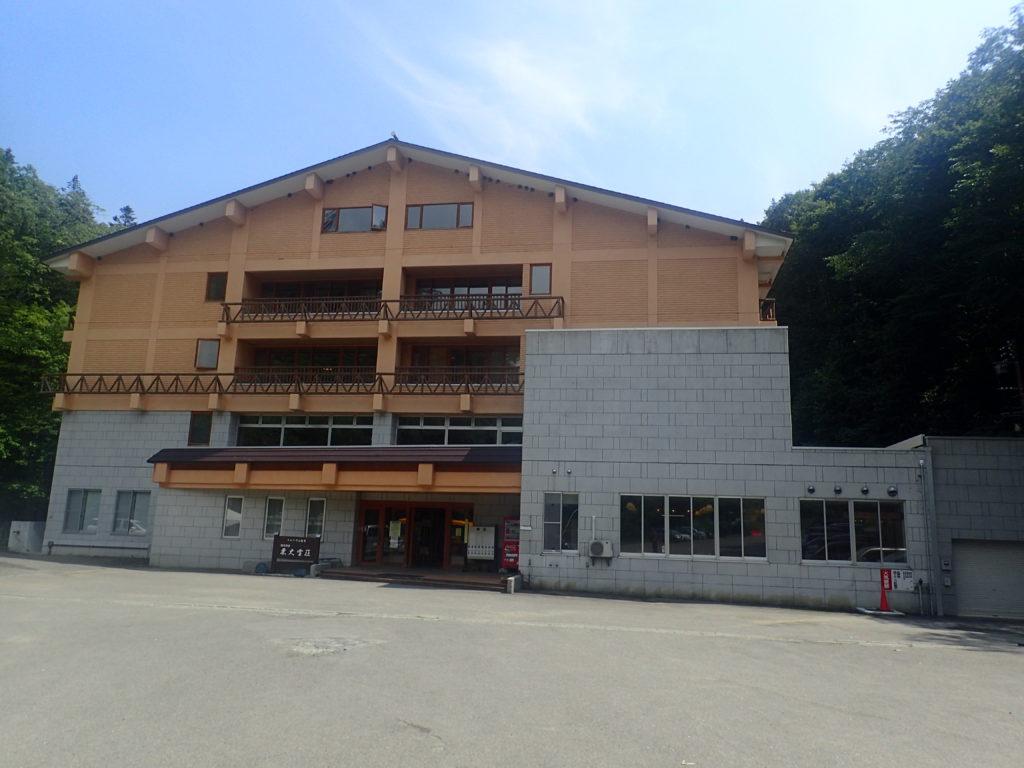 トムラウシ山の登山口となるトムラウシ温泉の国民宿舎東大雪荘