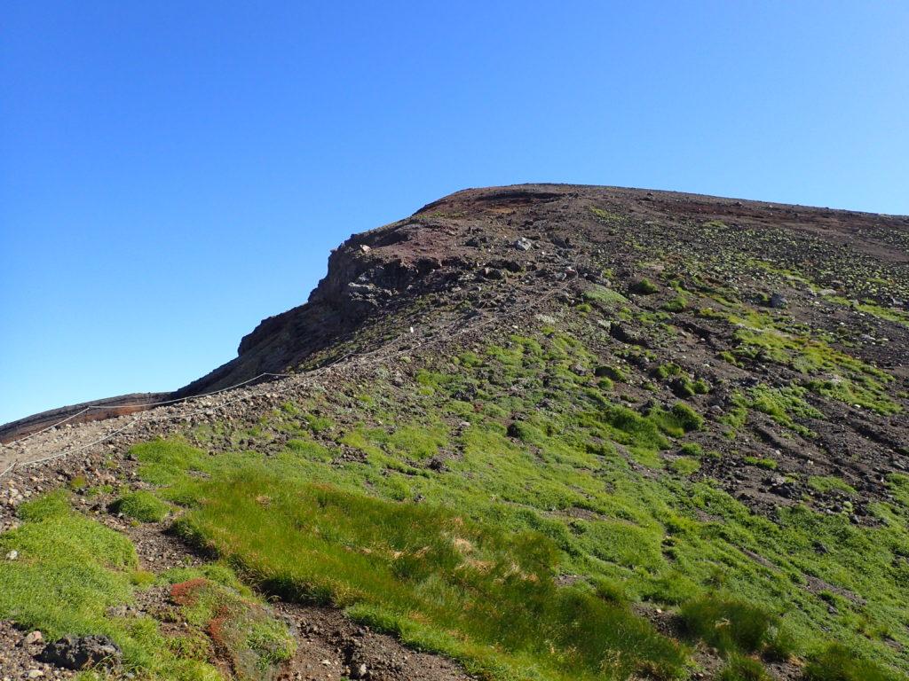 旭岳登山道から見上げる山頂方向