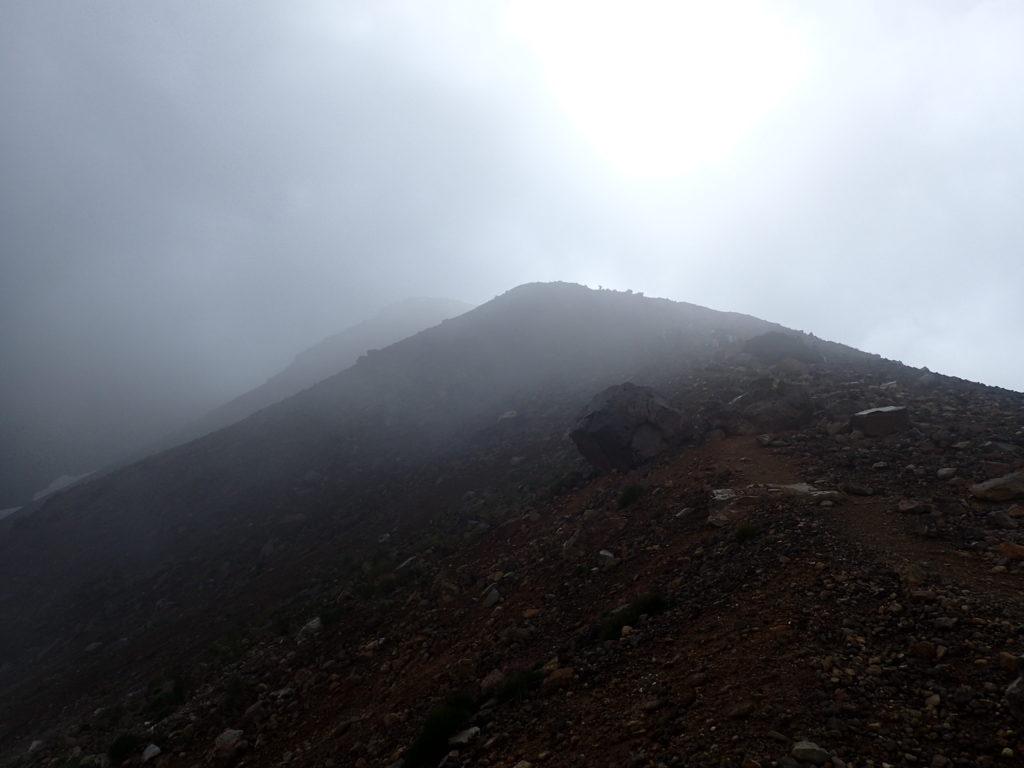 旭岳登山道から見上げる旭岳山頂方向