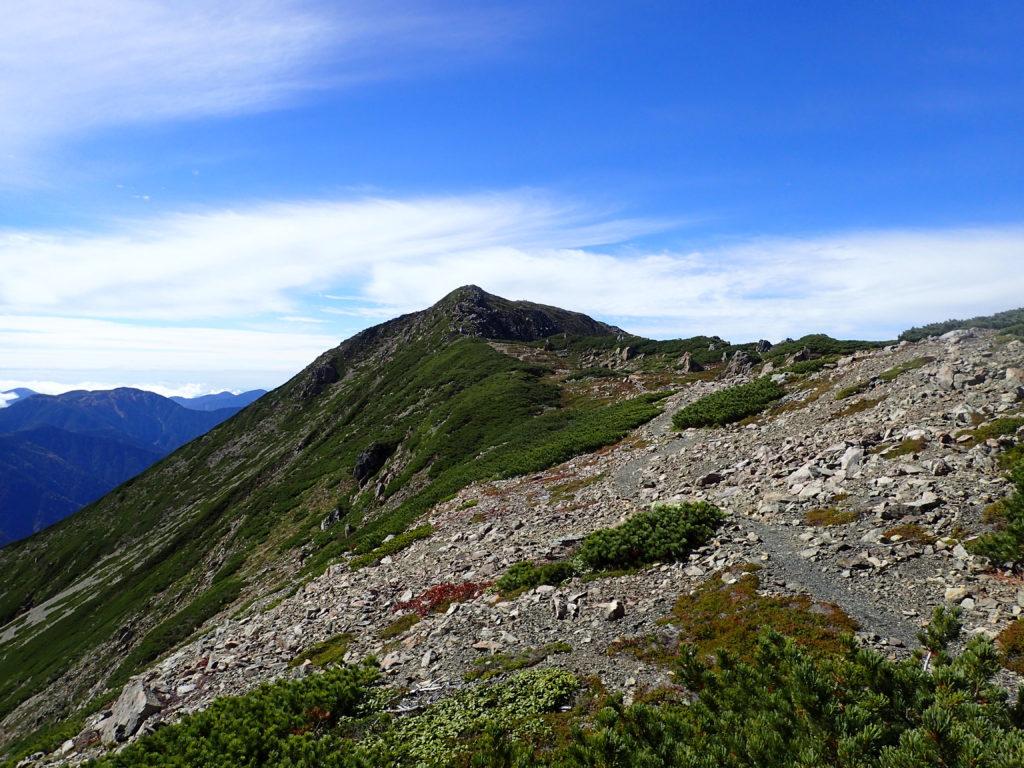 奥聖岳方向から見る聖岳山頂