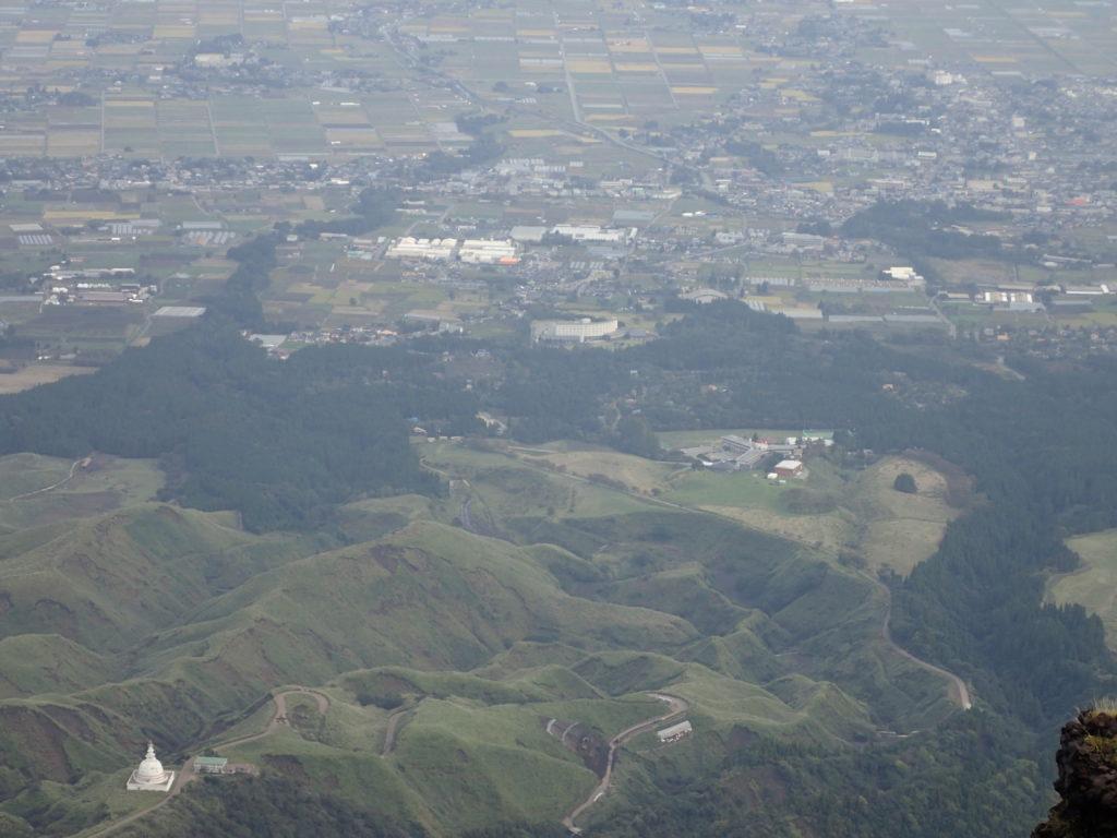 阿蘇山の高岳から見おろす仙酔峡登山口方向