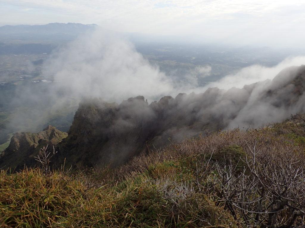 雲に覆われる阿蘇山の鷲ヶ峰