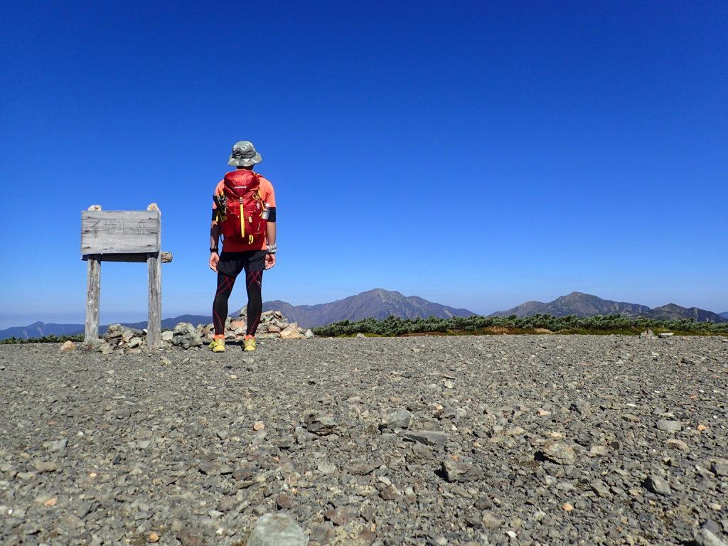 イザルヶ岳山頂で記念撮影