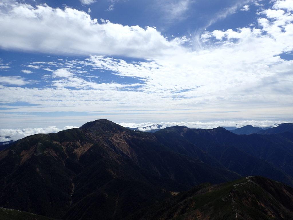 聖岳山頂へと向かう登山道から見る上河内岳