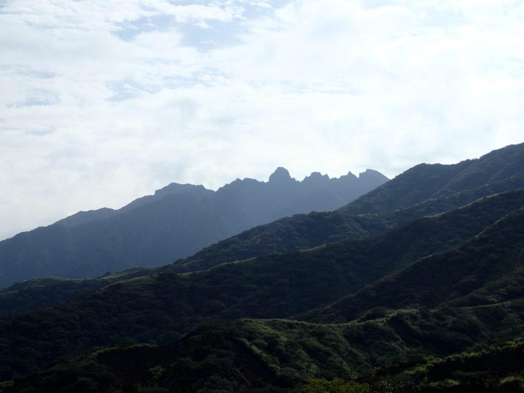 仙酔峡登山口付近からみる根子岳の天狗峰