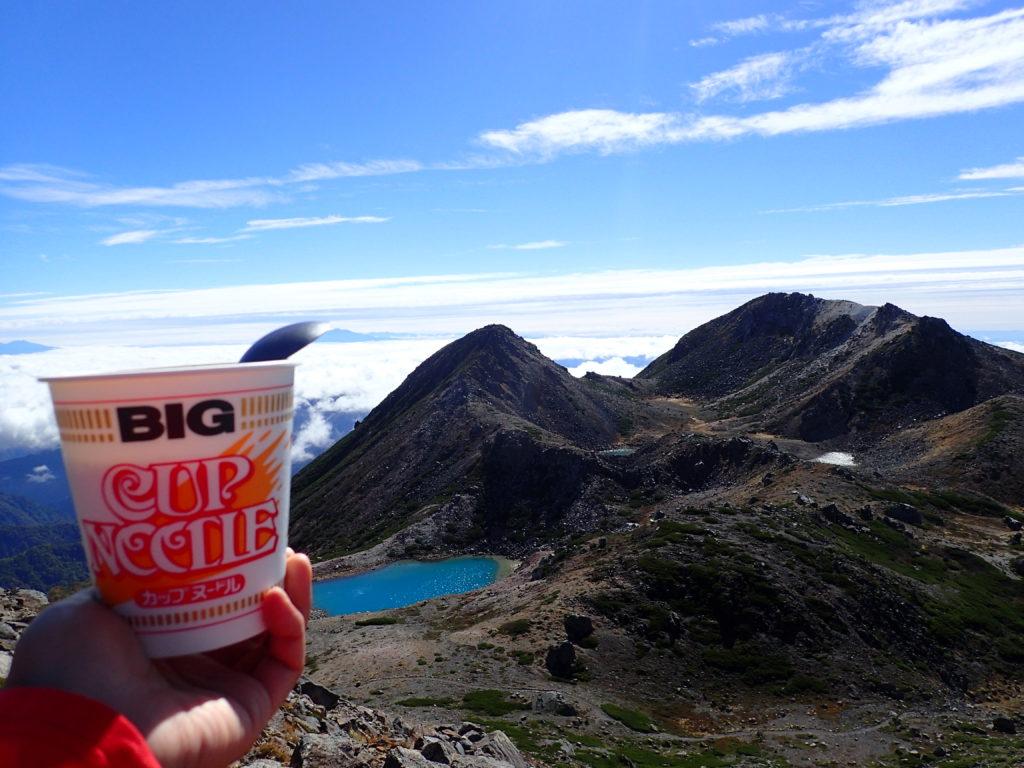 白山の大汝峰から御前峰と剣ヶ峰と翠ヶ池を眺めながら食べるカップラーメン