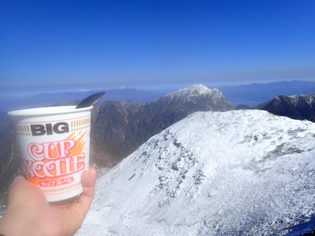 仙丈ヶ岳山頂で甲斐駒ヶ岳を眺めながら食べるカップラーメン